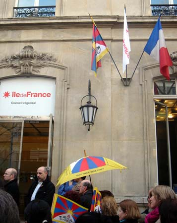 Tibetan National Flag Hoisted at Ile de France